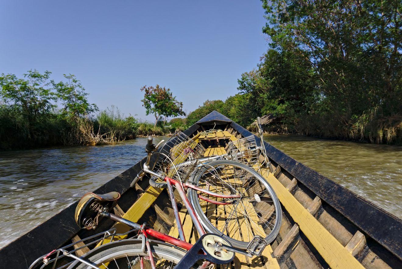 traversée du lac inle avec des vélos