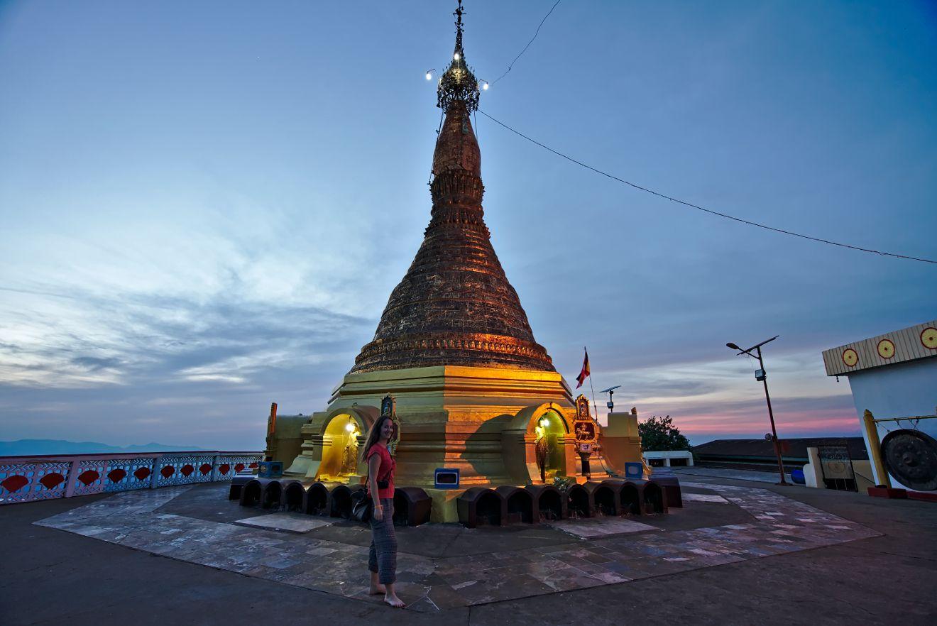 coucher de soleil derrière la stupa