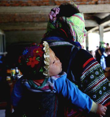 femme Hmong avec enfant