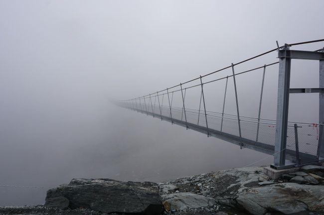 la passerelle de panossiere dans le brouillard