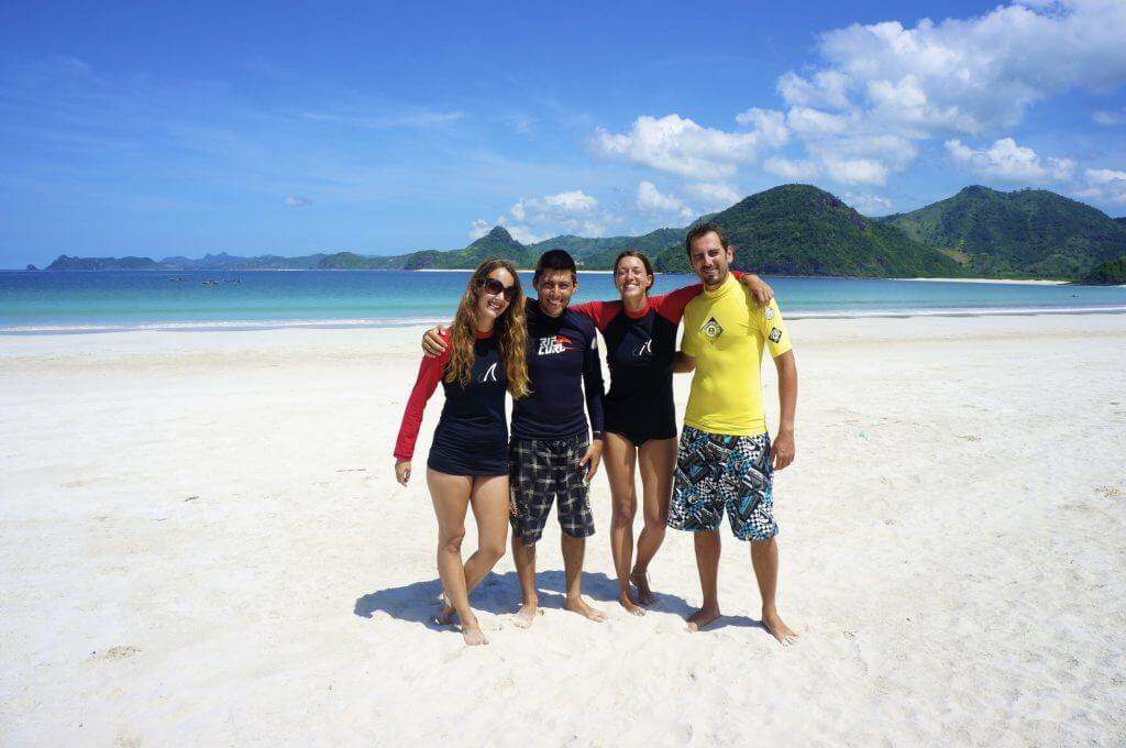 surf entre amis sur la plage de kuta lombok