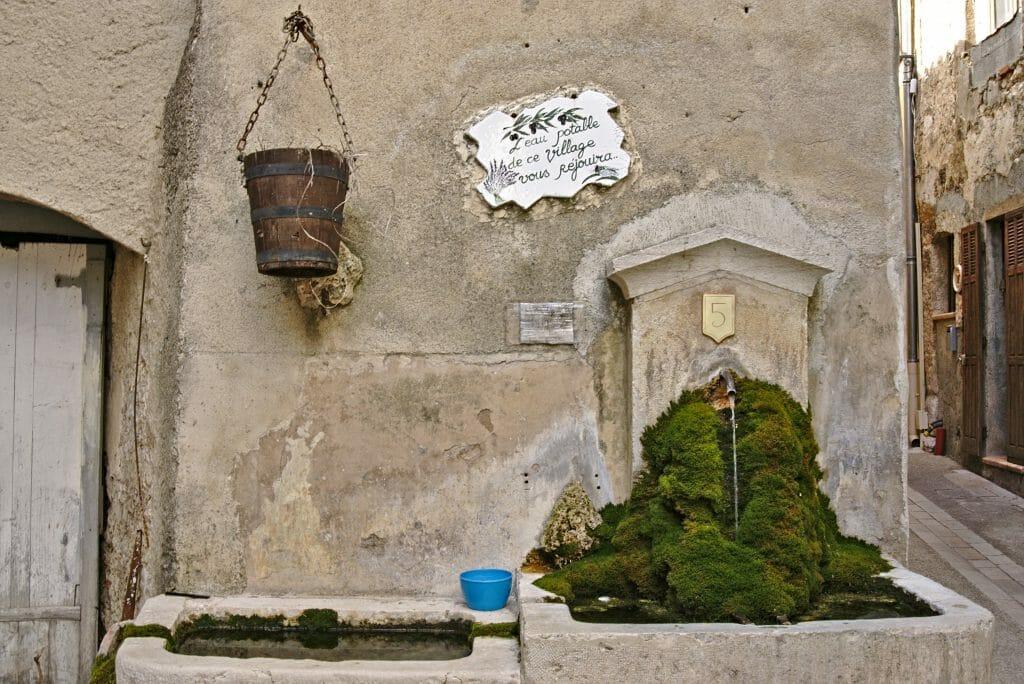 fontaine au village de villecroze