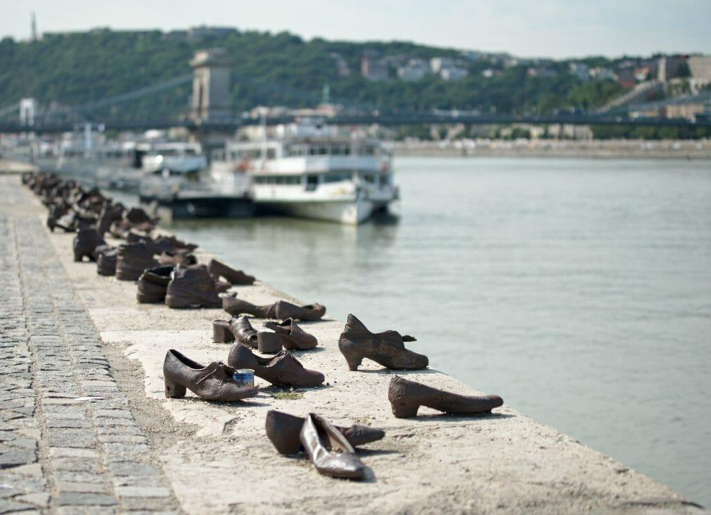 chaussure au bord du danube