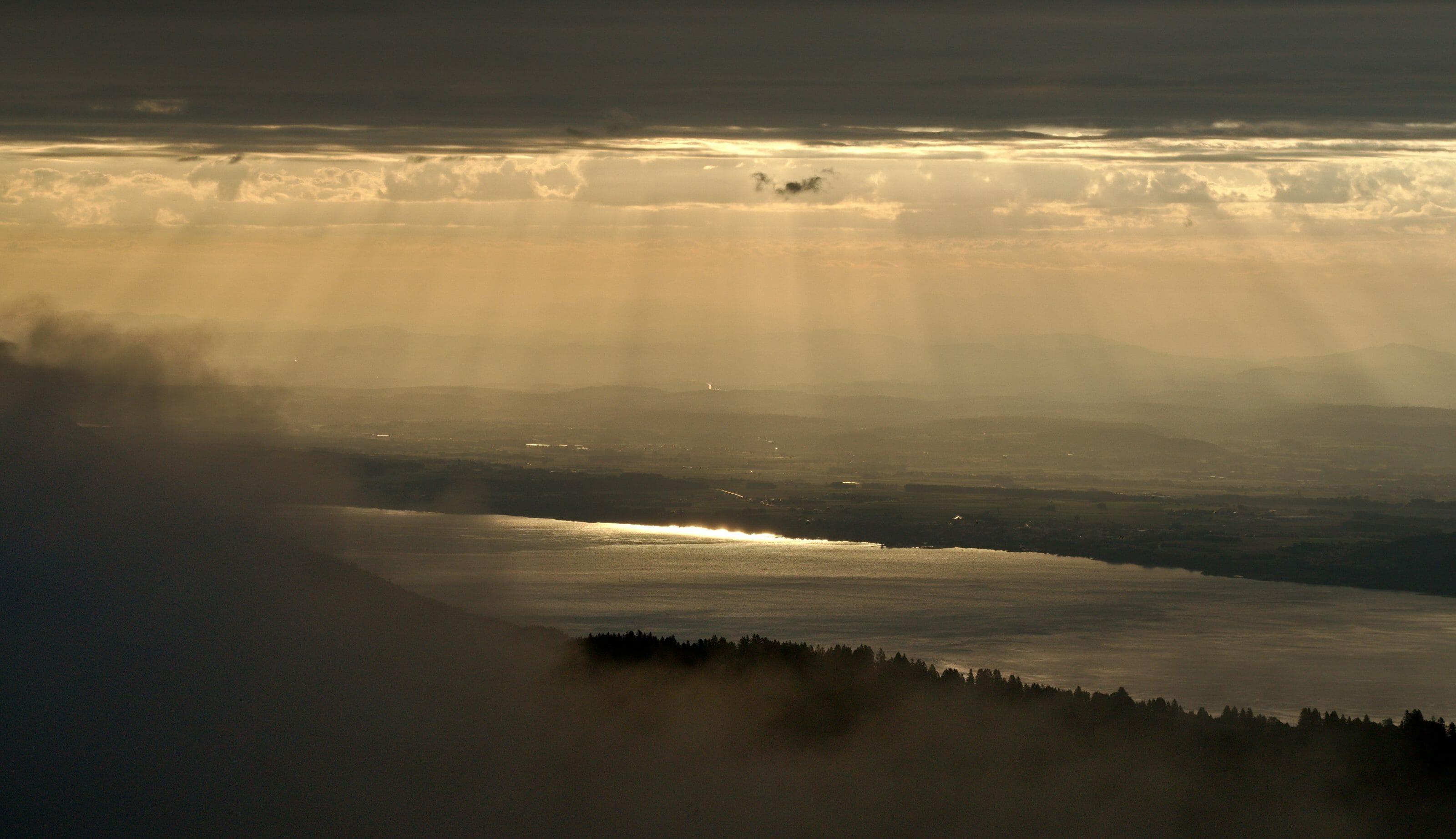 rayons de soleil dans la brume