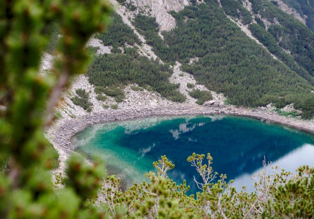 lac de couleur bleue