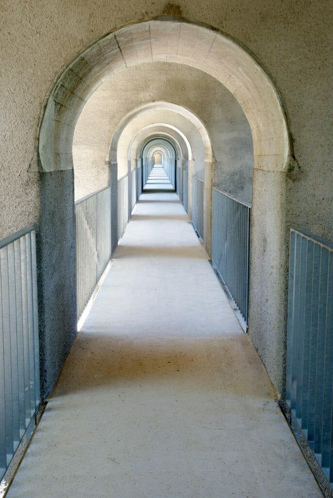 passage piéton viaduc day