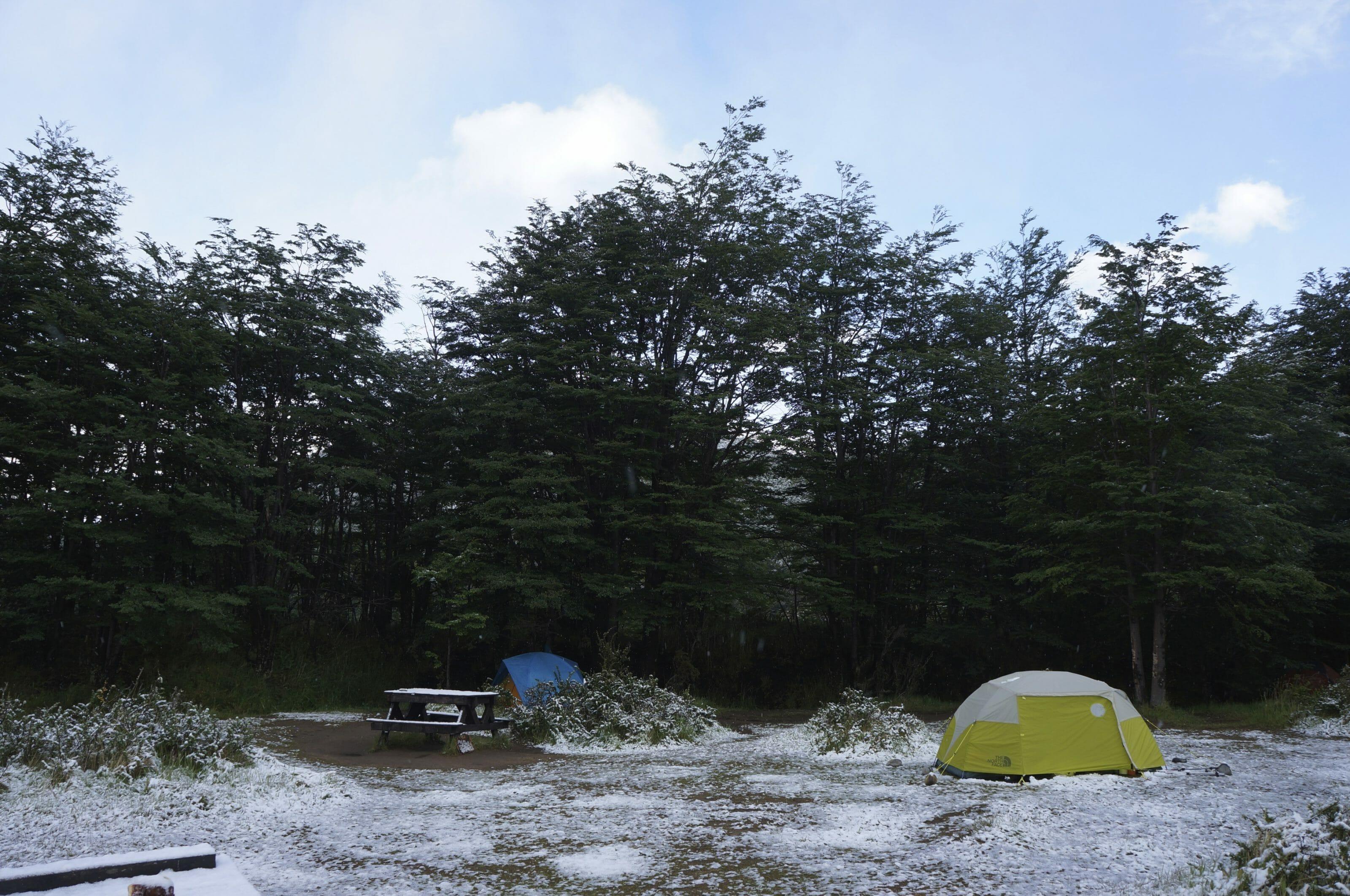 tente sous la neige