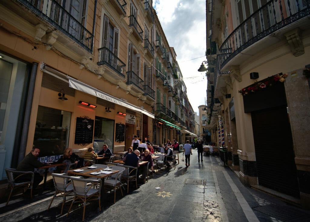 terrasses animées dans le centre de Malaga