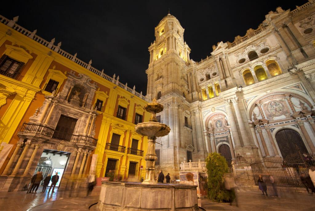 la cathédrale de malaga de nuit