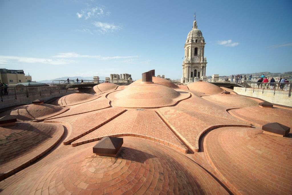 la tour et les domes de la cathédrale de Malaga
