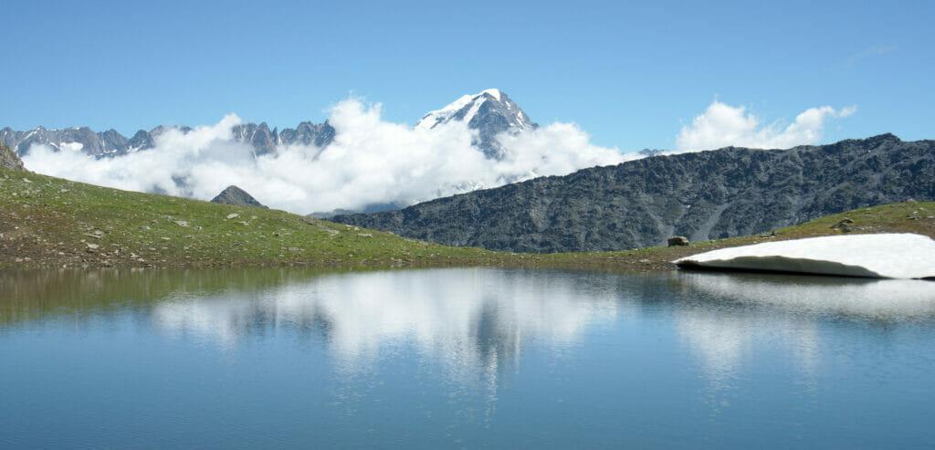 lac de montagne et réflexion