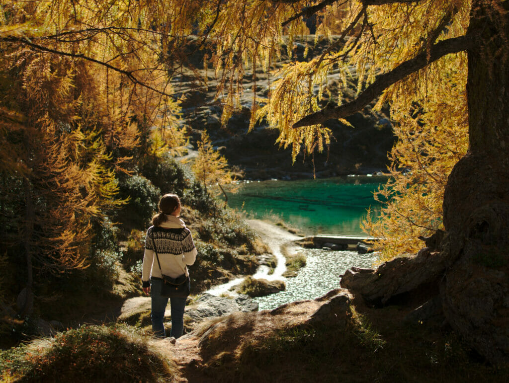 lac bleu automne au val d'hérens