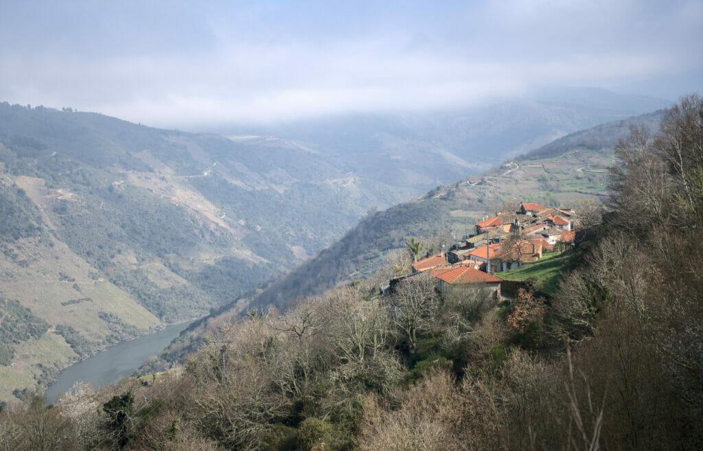 le village de San Lourenzo perché sur le Canyon del Sil