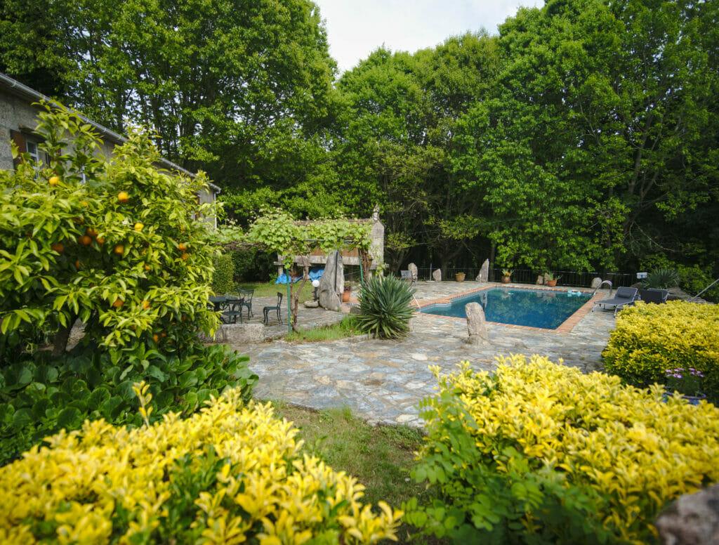 le jardin et la piscine du coliving