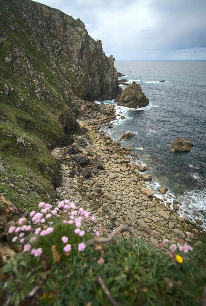 la plage de pierres de Lopesa en Galice