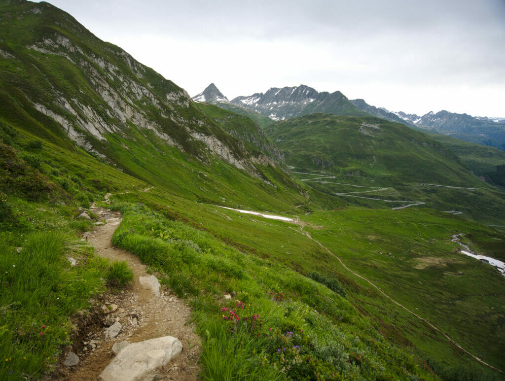 vue sur la route du col de l'Oberalp en montant au lac de Toma