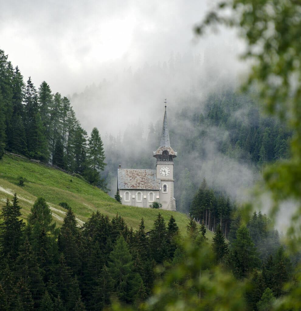 un belle église dans les nuages de Grisons